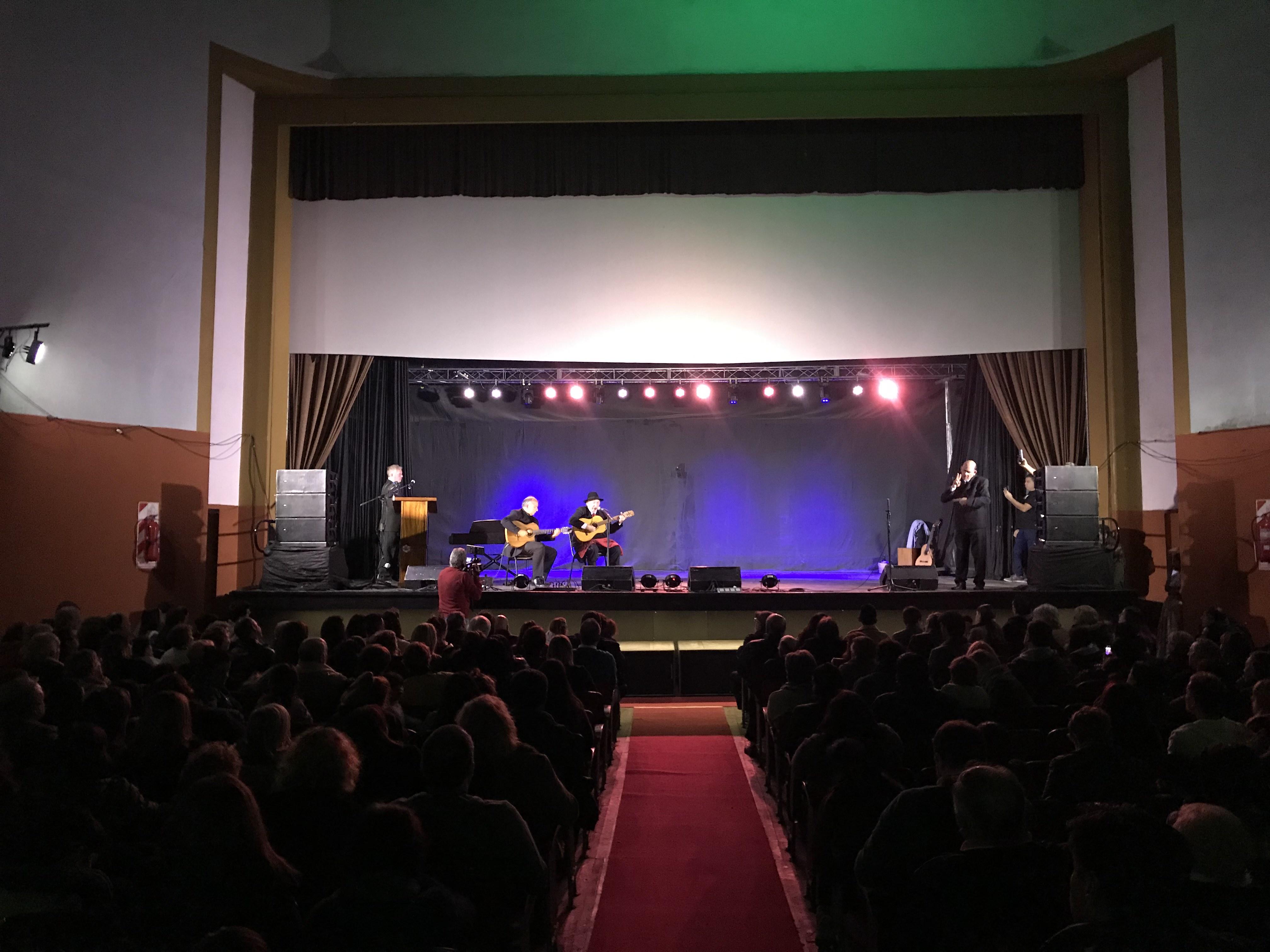 """Bajo el nombre de Teatro Municipal Cine Victoria, el gigante de Montevideo entre 12 y 13 abrió sus puertas. Durante la noche el sábado 3 de agosto se presentó """"Mi Berisso"""" en el impecable escenario y ante una sala colmada de gente."""
