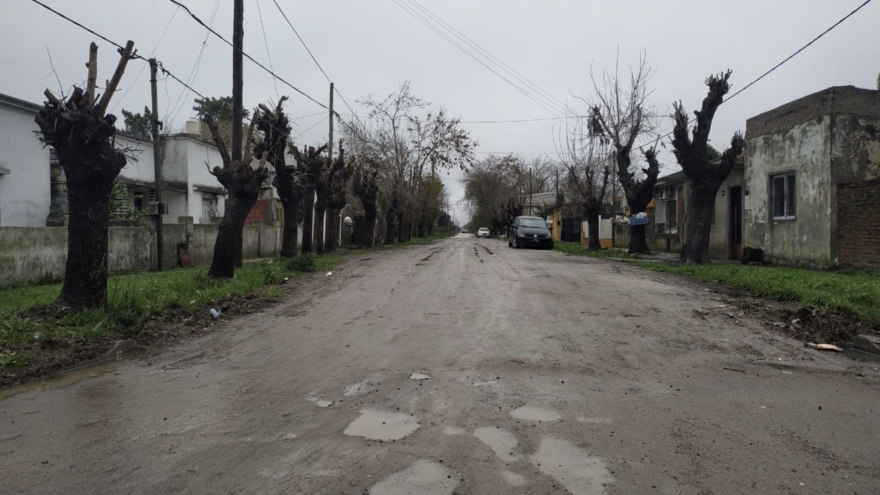 Vecinos de la calle 14 entre 152 y 152 norte se comunicaron con el portal de noticias BerissoCiudad para dar cuenta de las malas condiciones en las que se encuentra la calle donde habitan.