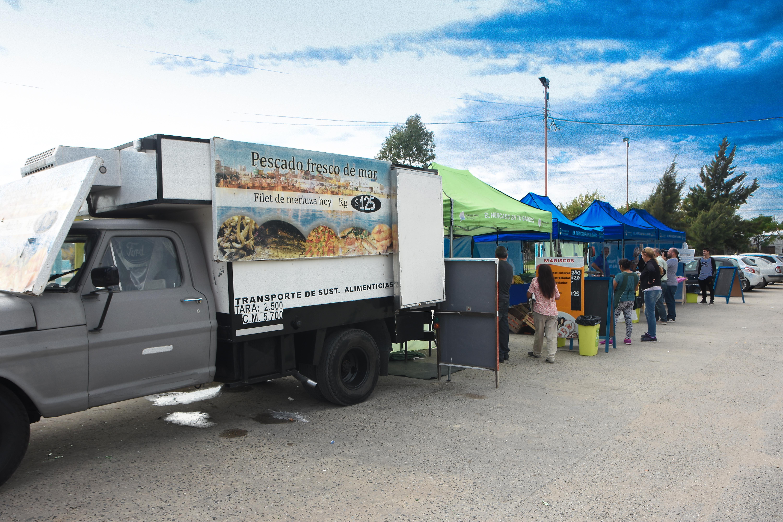 """El programa Nacional """"El Mercado en tu Barrio"""" desembarcó nuevamente en la ciudad. En esta oportunidad se instaló en la Plaza de 17 de Octubre, ubicada en calles 26 y 164, ofreciendo a los visitantes una variada oferta productiva de pequeños emprendimientos familiares."""