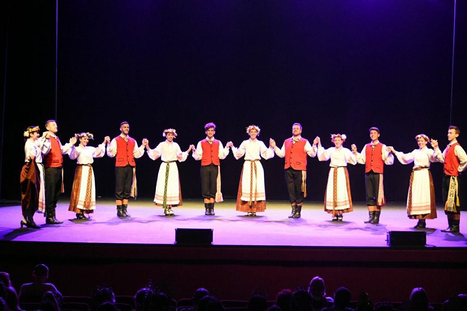 """El pasado sábado 2, los Conjuntos Lituano """"Nemunas"""" de la Sociedad Lituana """"Nemunas"""" y Croata """"Zemlja Moja"""" de Asociación """"Raíces Istrianas"""" de Berisso actuaron en la localidad de Mar del Plata, en el """"IV Festival de Danzas"""" y Elección de la VI Reina de Colectividades."""
