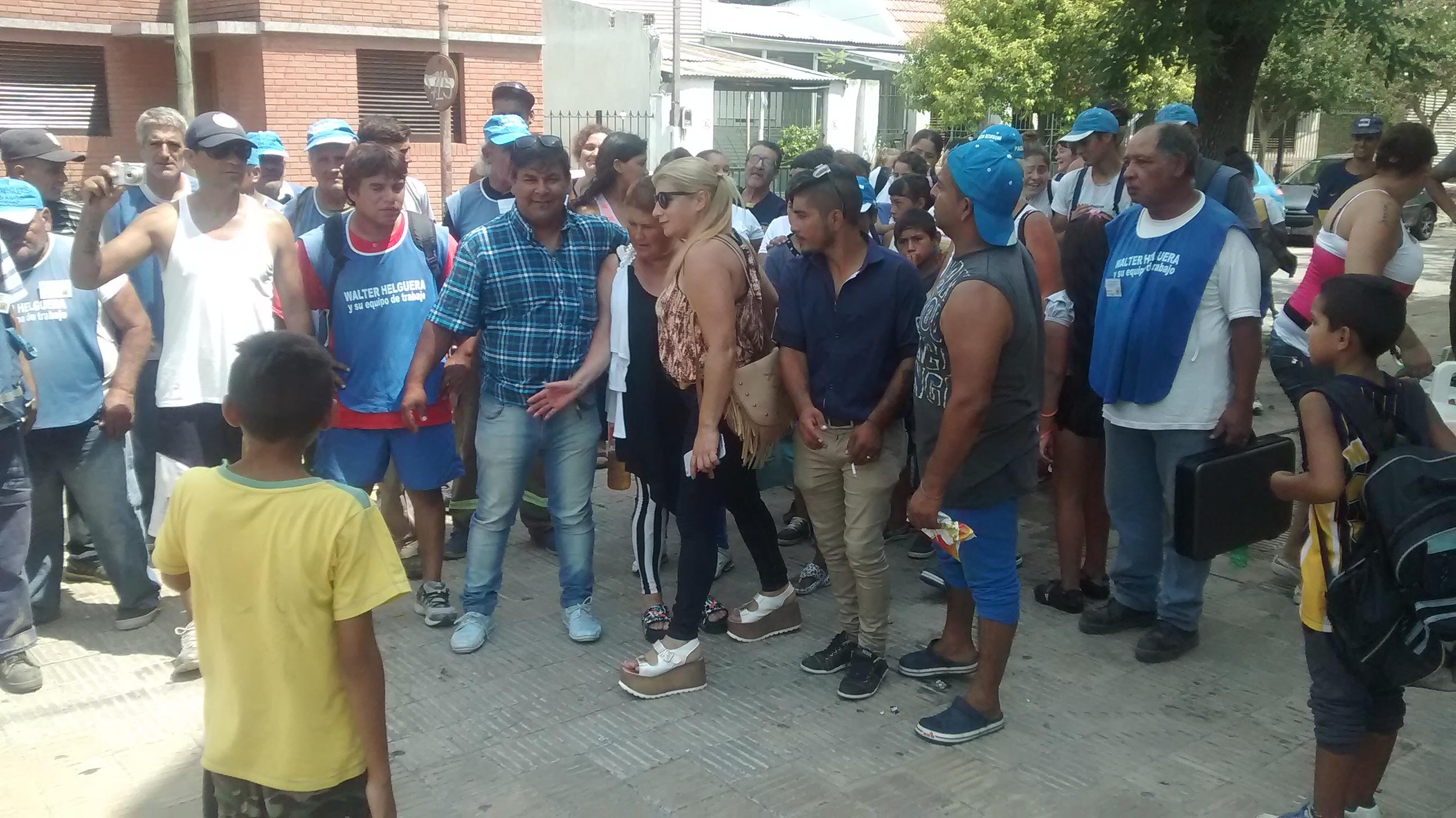 El  dirigente Walter Helguera y trabajadores cooperativistas que lo acompañan se manifestaron este jueves en la puerta de la Intendencia, a la espera de ser recibidos por el alcalde Jorge Nedela.