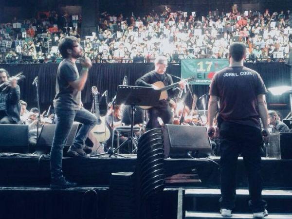 El pasado lunes 16 de octubre, la Orquesta Escuela de Berisso formó parte del Encuentro Internacional de Orquestas Juveniles, evento desarrollado en el Luna Park y que este año contó con la presencia como invitado especial del músico Gustavo Santaolalla.