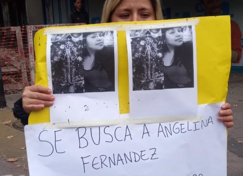 En las puertas de la fiscalía de la ciudad de La Plata, ubicada en la calle 7 entre 56 y 57, los familiares de Angelina Fernández se acercaron para cortar y reclamar por la aparición de la joven.