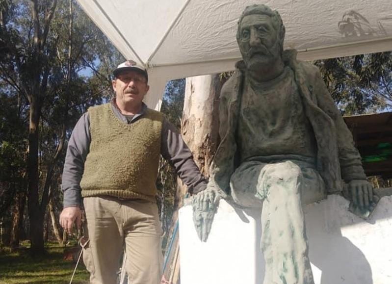 Junto a una de sus últimas obras: el monumento al Siete Sacos.