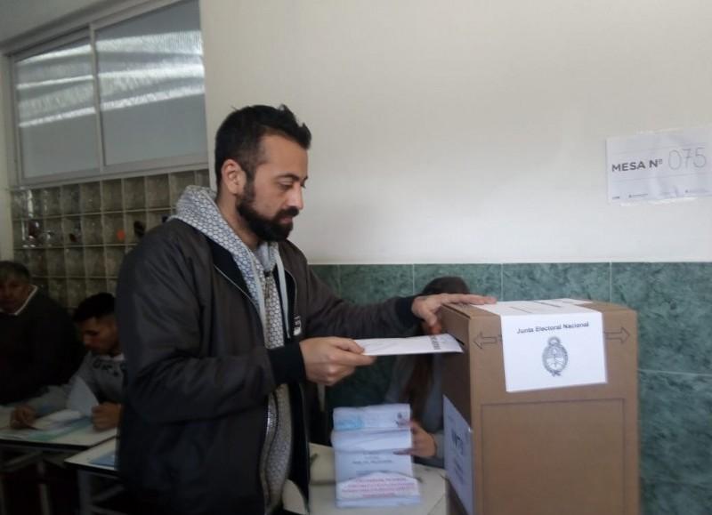 El voto del precandidato a intendente del FIT-Unidad.