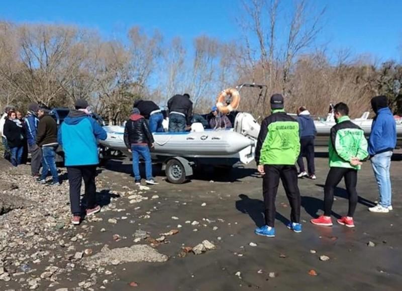 """La Prefectura Naval Argentina informó que junto a familiares de los dos pescadores, personal especializado ya recorrió """"por aire, tierra y agua, más de 37.300 kilómetros cuadrados del Río de la Plata interior""""."""