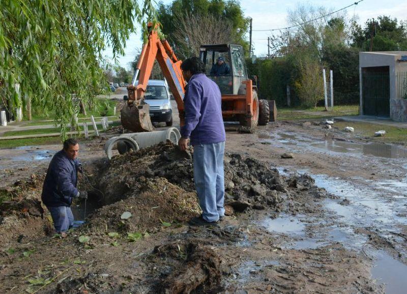 La Delegación Zona II lleva adelante trabajos de cambio de cañerías de desagües, limpieza de zanjas y retiro de residuos en esos lugares, con la intención de mejorar el escurrimiento de agua en distintos barrios.
