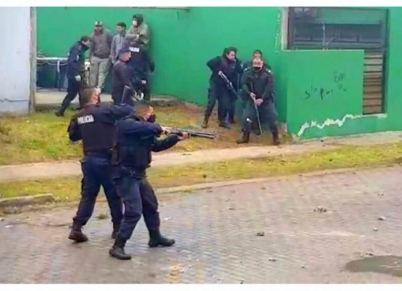 Los policías fueron recibidos a piedrazos y se vivieron momentos de tensión debido a que los uniformados debieron disparar con postas de gomas para disuadir a los revoltosos.