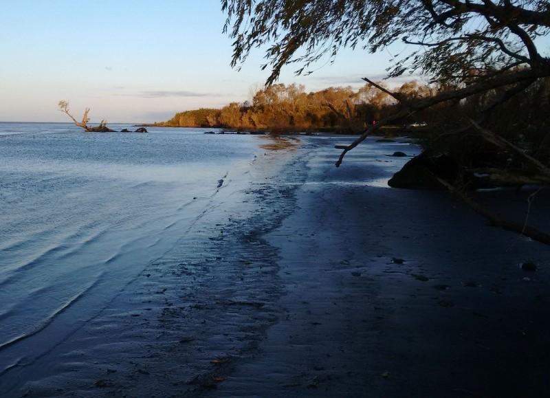 Desguarnecidos, a la vera del río.