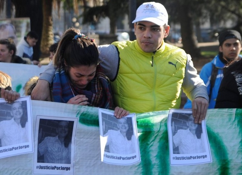 Familares y amigos de Jorge Gómez marcharon desde 7 y 50 hasta los tribunales de la capital provincial.