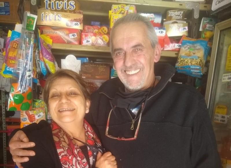 Anahí y Roberto en su emblemático comercio..