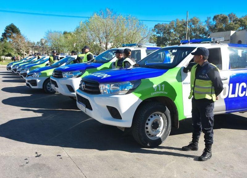 En la mañana de este martes, el intendente Jorge Nedela encabezó el acto de entrega de siete nuevos patrulleros que se suman a los servicios locales, a través de gestiones llevadas adelante ante el Ministerio de Seguridad de la provincia de Buenos Aires.