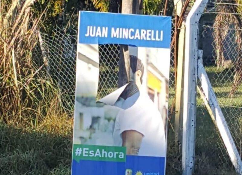 El cartel vandalizado.