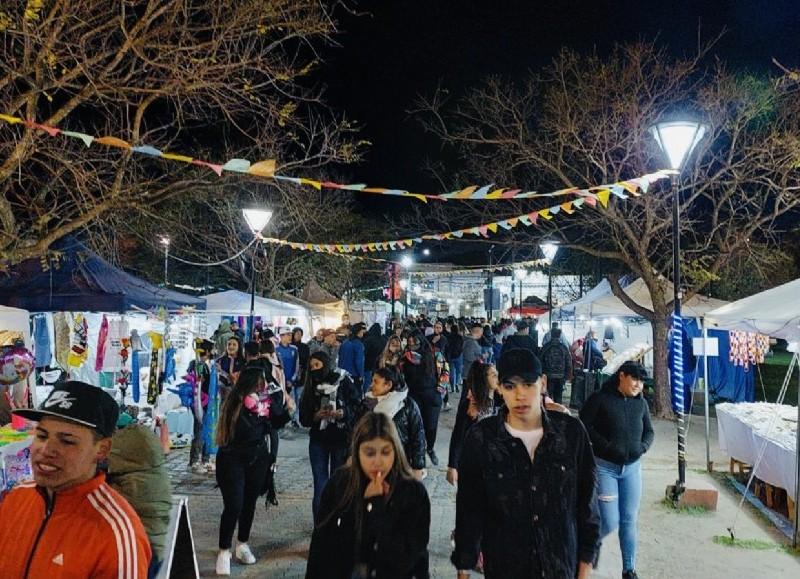Paseo de artesanos, productores y stands gastronómicos.