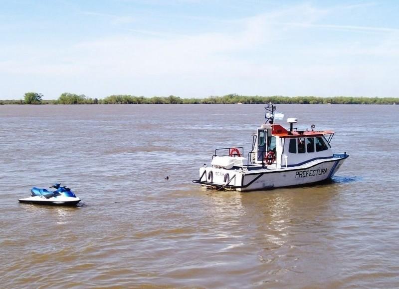 Efectivos de la Prefectura Naval Argentina, Bomberos Voluntarios y Defensa Civil de Ensenada continúan este miércoles la búsqueda.