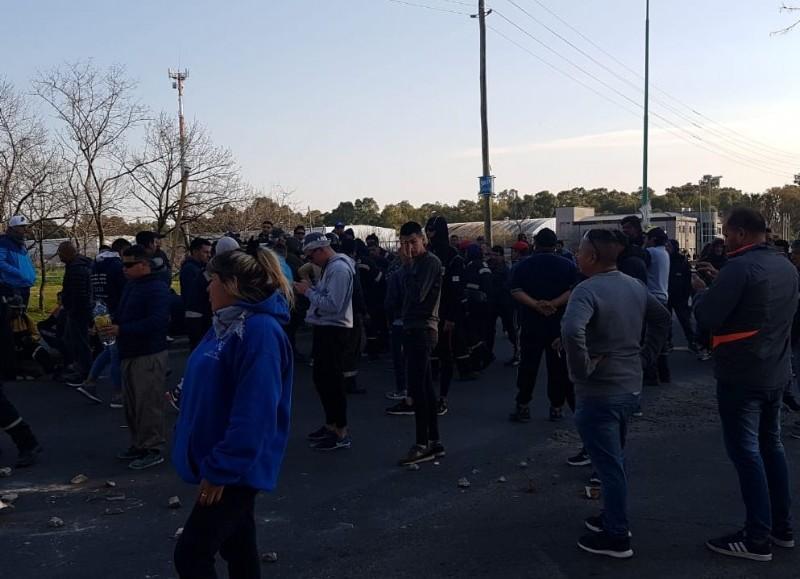 El incidente ocurrió alrededor de las 6 de la mañana, cuando se abrieron las puertas para el ingreso del personal a la planta constructora AESA, que funciona dentro de la destilería.