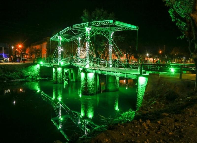 El remozado puente levadizo.