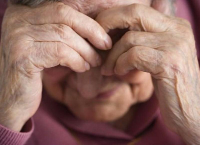 La anciana de 88 años tuvo que pedir ayuda a los vecinos.