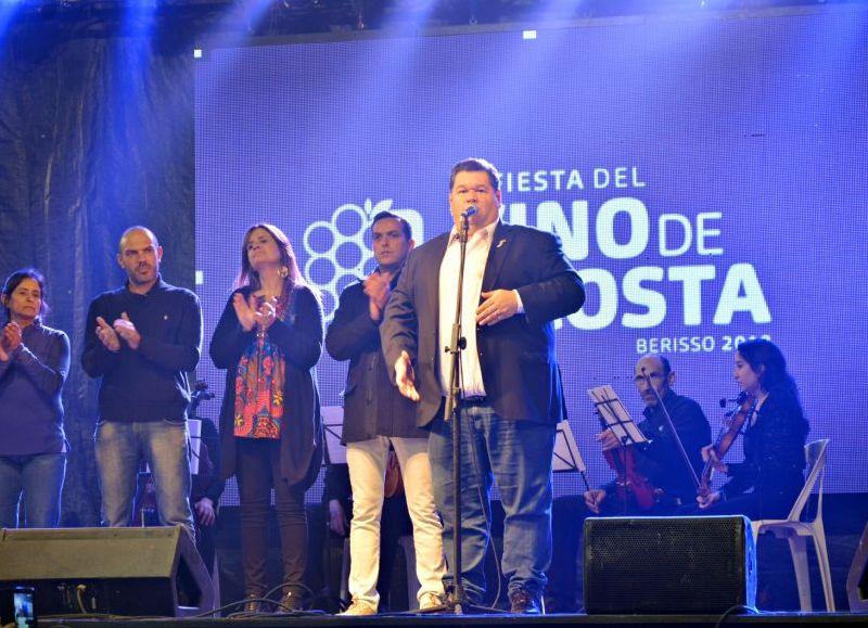 En el marco de la última jornada de la XV edición de la Fiesta del Vino de La Costa, los presentes en la muestra compartieron el Acto por el Día de la Independencia, el que estuvo encabezado por el intendente municipal Jorge Nedela.