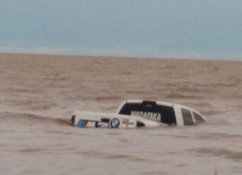 El pasado martes 1 de enero una camioneta quedó atrapada entre las aguas del río, precisamente a la altura de la Playa Municipal. No lograron rescatarla y este miércoles, pese a los intentes tampoco.