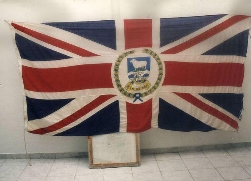 Bandera británica con el símbolo de Malvinas que se trajo un corresponsal de guerra, exhibida en el barrio porteño de Boedo.