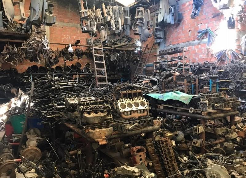 Tres desarmaderos clandestinos fueron desmantelados y miles de autopartes ilegales decomisadas por la Policía de la provincia de Buenos Aires, tras varios allanamientos realizados en Berisso y La Plata.
