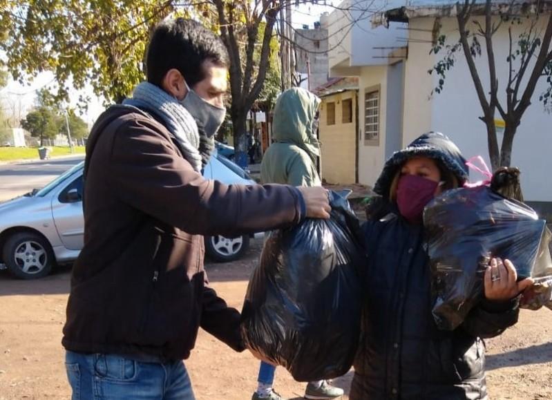 El referente docente del Nuevo MAS acercó donaciones junto al SUTEBA Ensenada.