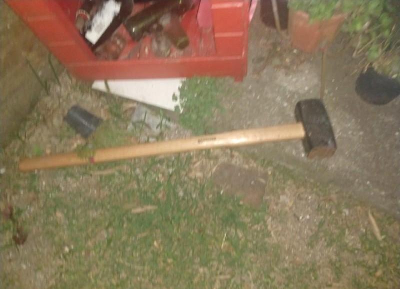 Por el hecho no hubo heridos pero sí daños en puertas y paredes de la casa.