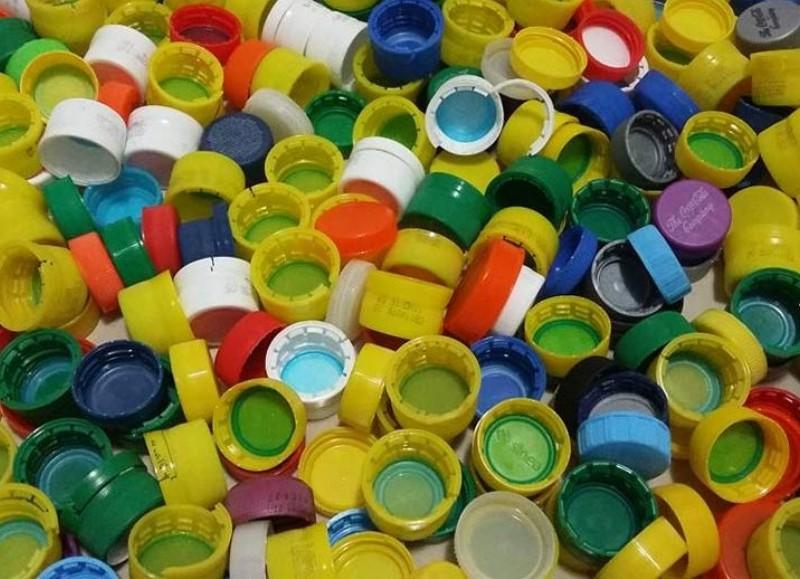 Recolección de tapitas de plástico.