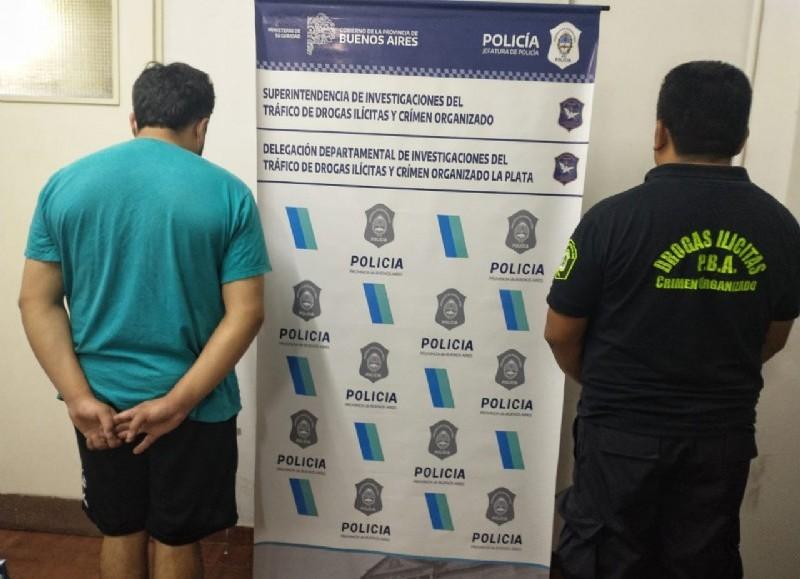 Un joven fue detenido en Ensenada acusado de vender drogas y en uno de los allanamientos encontraron cocaína oculta en la cámara séptica en el pozo del baño.