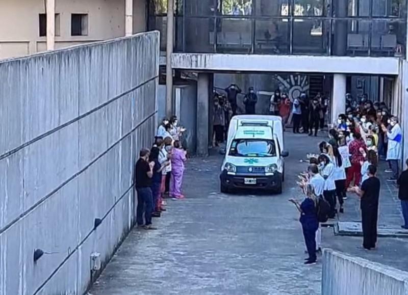 Estremecedor aplauso de sus compañeros del Hospital San Martín.