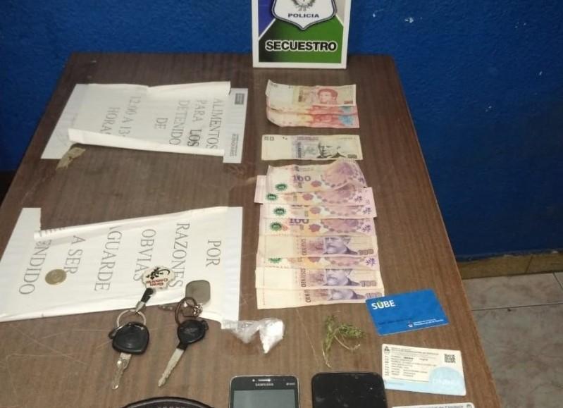 Además de la droga, el personal policial secuestró dinero en efectivo y teléfonos celulares.