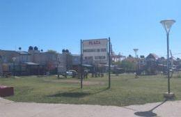 Plaza Raúl Alfonsín: Mucho cartel pero poca luz