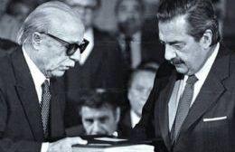 Alfonsín recibe el informe Nunca Más de manos de Ernesto Sabato.