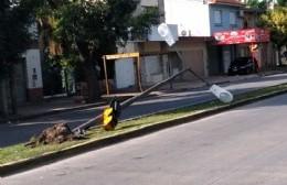Génova y Puente Roma: Un auto impactó sobre el farol y lo dejó tendido sobre la rambla