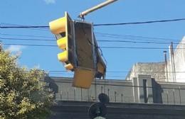 Pende de un hilo el semáforo de Montevideo y 14