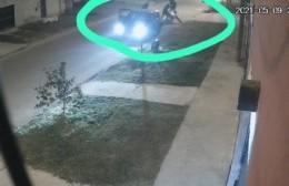 Un auto lo encerró, cayó al asfalto y le robaron la moto