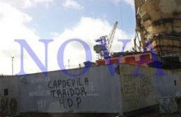 El presidente del Astillero Río Santiago, Daniel Capdevilla, ingresó a la fábrica naval de Ensenada acompañado por un fiscal y personal de la justicia platense. (Foto: NOVA)