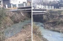 """Vecinos preocupados por """"agua blanca"""" en el canal de la 66"""