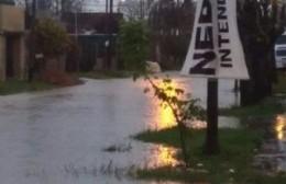 Calles inundadas y hasta el momento una familia evacuada