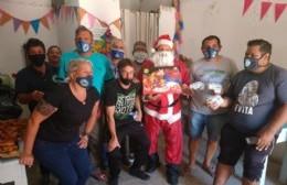 Papá Noel malvinero realizó la última entrega de viandas con sorpresas en el Comedor Barrio Obrero