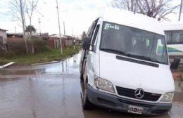 Un transporte escolar quedó estancado en un pozo