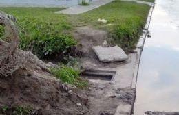 Desagües tapados y calle históricamente inundada en 157 esquina 26