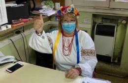 Susana Mironuik llegó a trabajar con su traje típico y motivó a todos