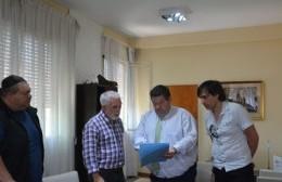 Nedela entregó la ordenanza de cesión de tierras al Club Estrella de Berisso