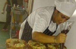ADN solidario: Cocineras de la Mosconi hicieron roscas de Pascua para cada trabajador de la clínica