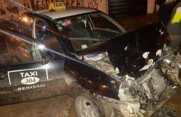 Fuerte accidente entre un taxi y un automóvil particular