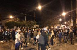El plantel de Villa San Carlos llegó acompañado de un coche bomba y fue recibido por sus hinchas