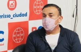 Rivero, el médico del barrio que lleva hechas más de 300 banderas para apoyar a los chicos del fútbol infantil