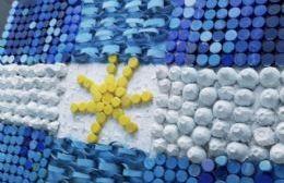 Alumnos de la Escuela Nº 17 crean banderas argentinas con materiales reciclados